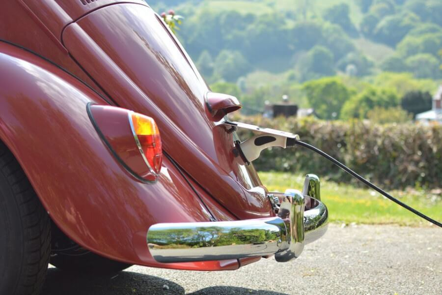 VW Beetle lādējas