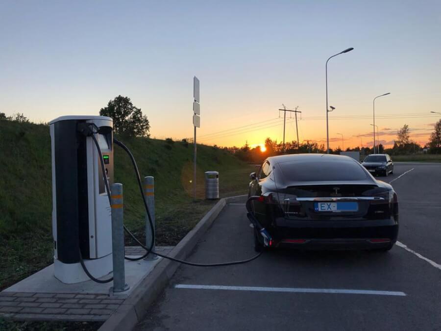 Tesla Model S lādējas