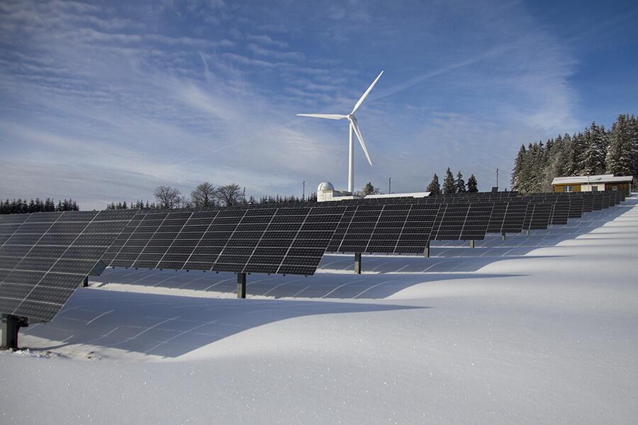 Vēja ģeneratori un saules paneļi