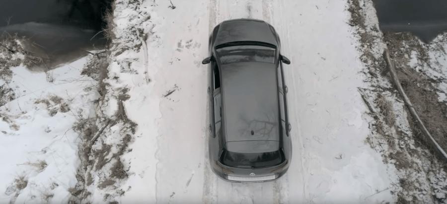 Kursors.lv brauc uz Rēzekni ar VW e-Golf. Ekrānuzņēmums no YouTube