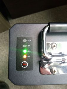 Uzlādēts brauc ar Vässla 2 elektrisko mopēdu 2