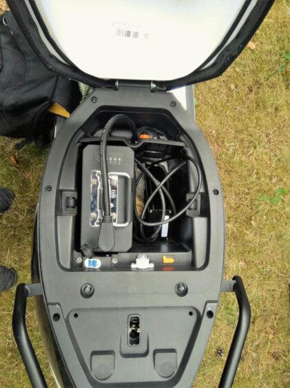 Uzlādēts brauc ar Vässla 2 elektrisko mopēdu 3
