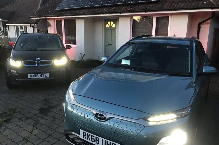 Hyundai Kona un BMW i3 pie mājas ar saules paneļiem