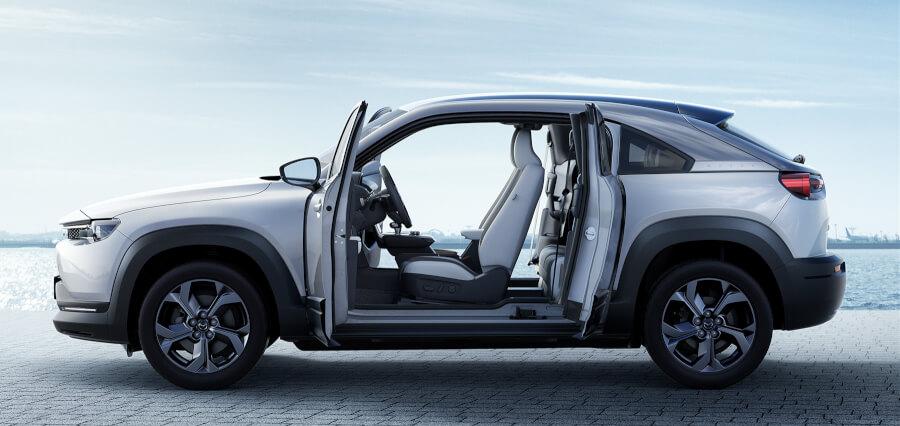 Mazda MX-30 sānskats ar durvīm vaļā