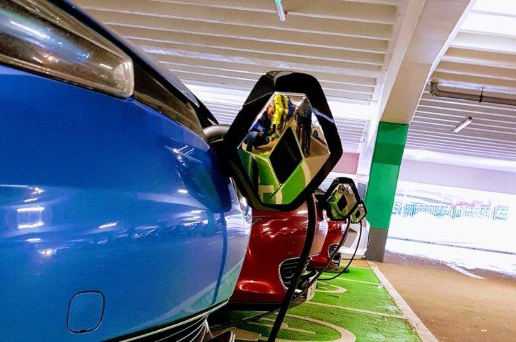 Renault Zoe lādējas parkingā