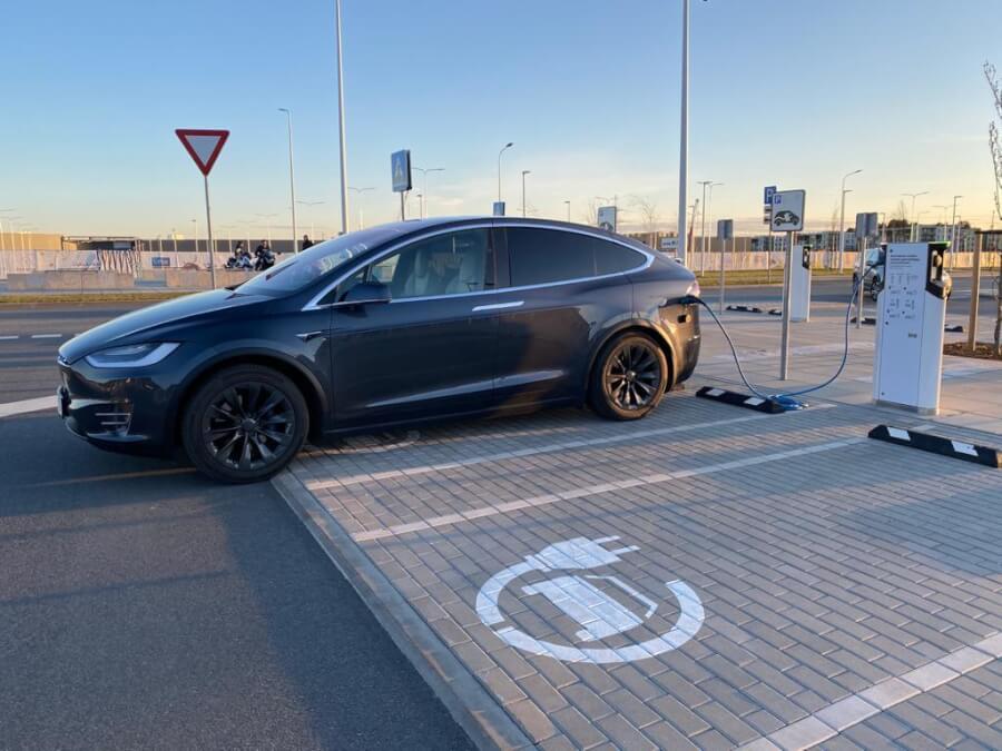 Tesla Model X lādējas pie IKEA