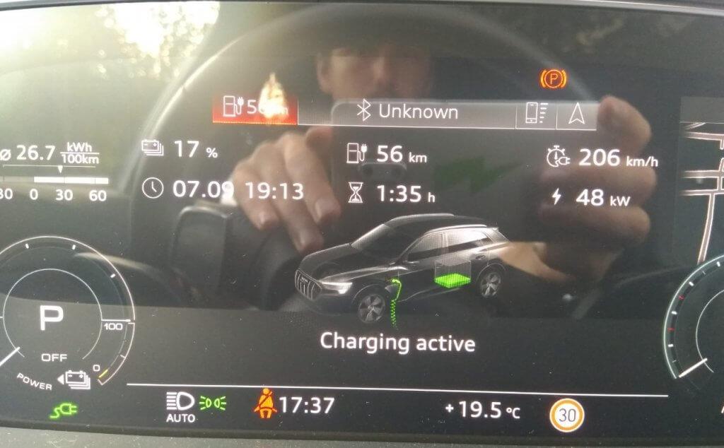 Audi e-tron 55 uzlāde