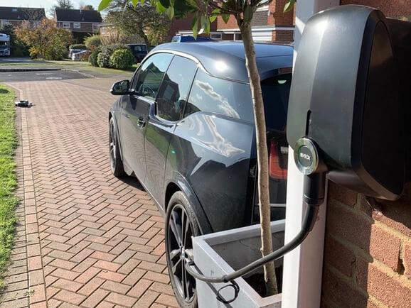 BMW i3 lādējas