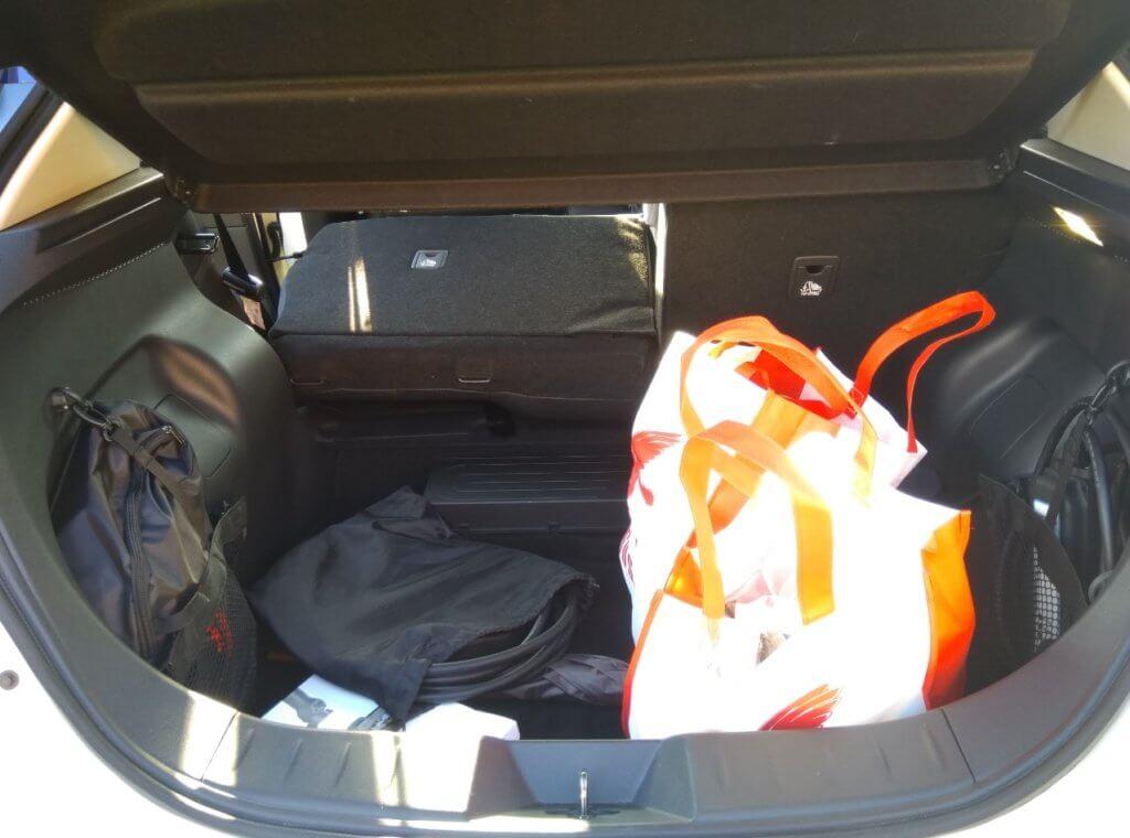 Nissan Leaf ar pāris maisiem bagāžniekā