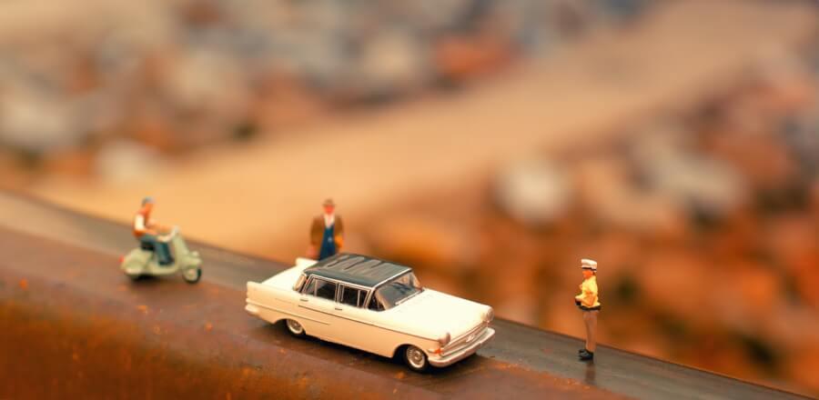 Ceļa aina ar miniatūra figūrām