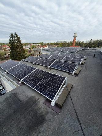 Uzsākta saules paneļu uzstādīšana uz Gulbenes pašvaldības administrācijas ēkas jumta 1