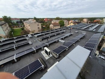 Uzsākta saules paneļu uzstādīšana uz Gulbenes pašvaldības administrācijas ēkas jumta 2