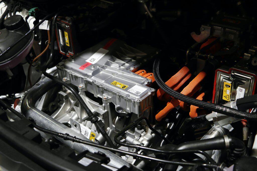 Elektriskais motors ar oranžiem augstsprieguma vadiem