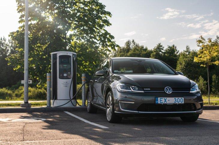 Volkswagen e-Golf pie e-mobi ātrās uzlādes stacijas
