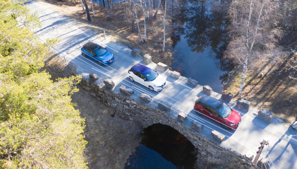 Nissan Leaf pāri tiltam