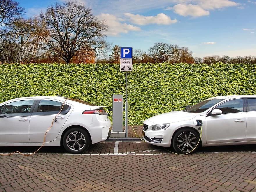 Opel Ampera un Volvo PHEV lādējas