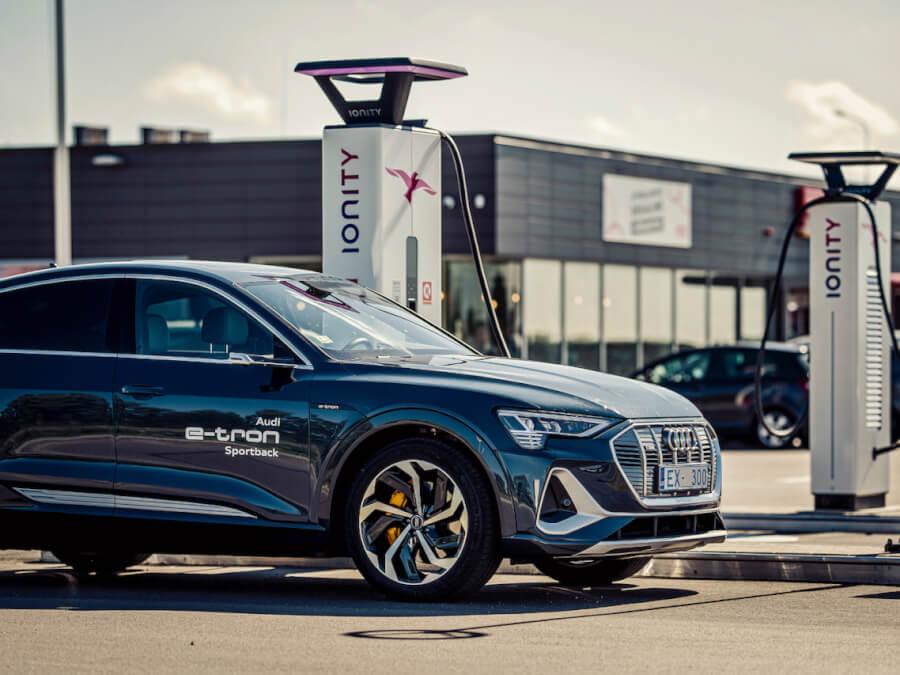 Audi e-tron Sportback pie Ionity uzlādes stacijas Lietuvā