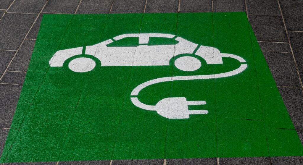 Elektroauto stāvvietas apzīmējums