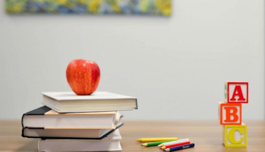 Grāmatas un ābols