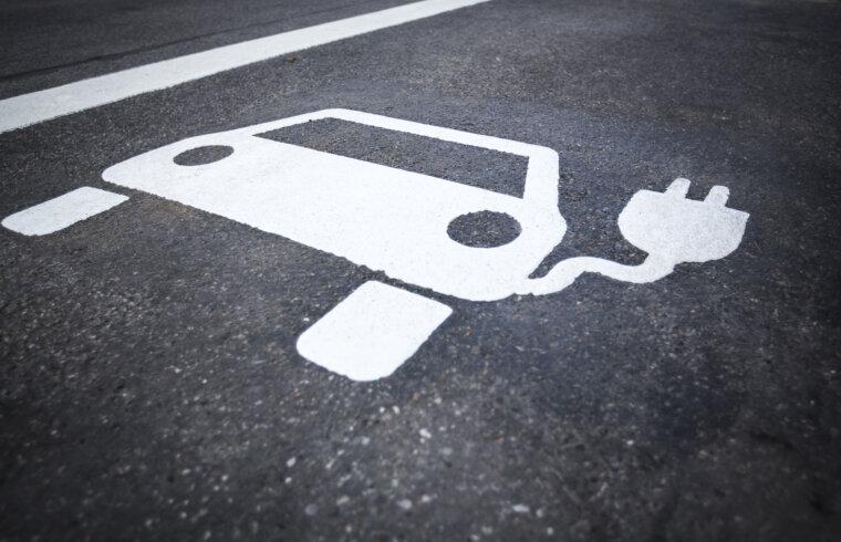 Elektroauto apzīmējums uz asfalta