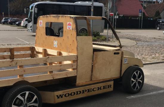 Liepājas universitātes Woodpecker koka elektroauto