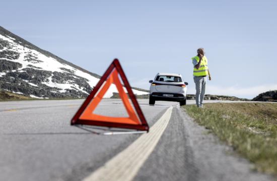 Norvēģijas Auto Federācijas tests. Mercedes EQA ceļa malā.