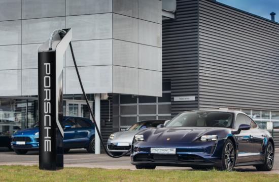 Porsche Taycan pie Porsche uzlādes Latvijā